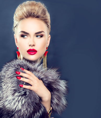 Prachtige winter vrouw in luxe bontjas Stockfoto