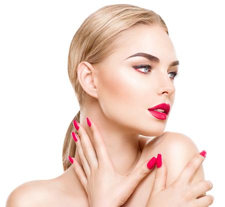 Retrato de la muchacha del encanto con maquillaje brillante aislado en blanco. Lápiz labial rojo y las uñas Foto de archivo