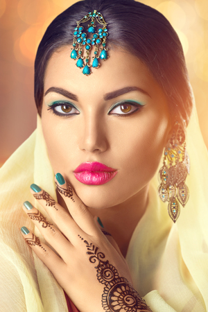 beleza: Retrato bonito da mulher indiana. Menina hindu com tatuagem menhdi Banco de Imagens