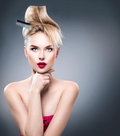 bollos: Mujer de la belleza con el peinado moderno y maquillaje glamour perfecto