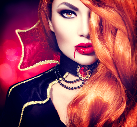 labios rojos: Retrato de la mujer vampiro de Halloween. Moda hermosa del encanto sexy vampiro Foto de archivo