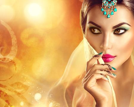 casamento: Retrato bonito da mulher indiana. Menina hindu com tatuagem menhdi Imagens