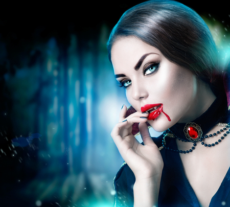 fantasy makeup: Hermoso retrato de mujer vampiro de Halloween. Belleza sexy vampiro
