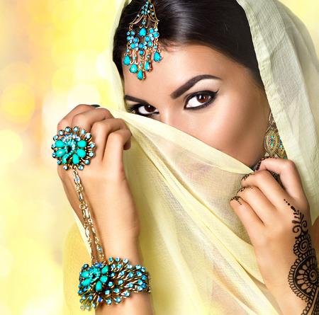Retrato bonito da mulher árabe. Menina árabe com tatuagem menhdi