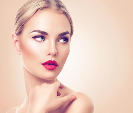 piel humana: Retrato de mujer hermosa. Mujer del balneario de la belleza con la piel fresca y maquillaje perfecto Foto de archivo