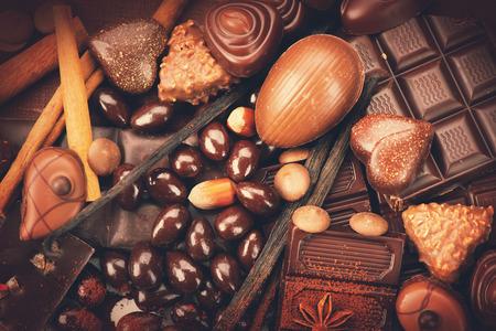 로맨스: 고급 초콜릿 배경입니다. 프랄린 초콜릿 과자