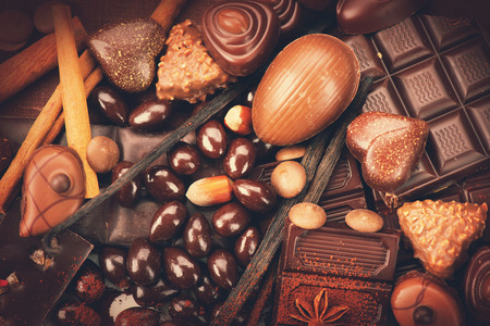 Chocolates de lujo de fondo. Dulces de chocolate praliné Foto de archivo - 46445749