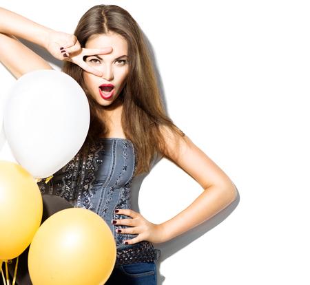 Schöne Mode Modell Mädchen mit bunten Luftballons in weiß posiert