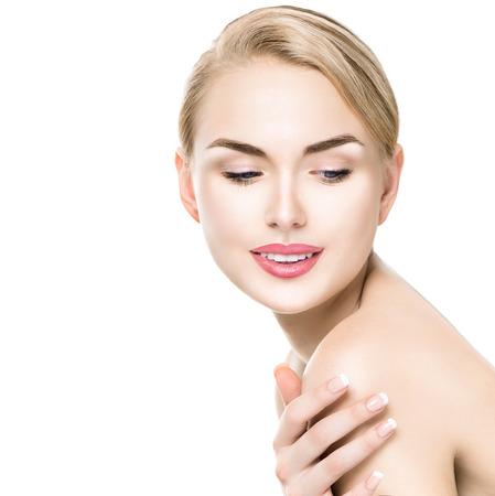 Beauty portrait de femme. Belle fille spa toucher son épaule