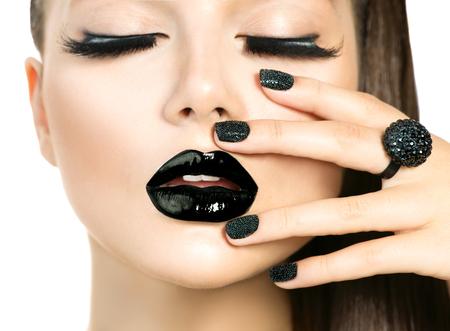Hermosa mujer modelo con largas pestañas y maquillaje negro