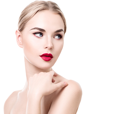 blonde yeux bleus: Beauté jeune femme portrait isolé sur blanc