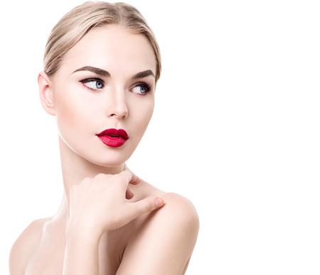 red lips: Retrato de la mujer joven de la belleza aislado en blanco