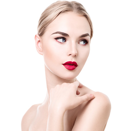 modelos posando: Retrato de la mujer joven de la belleza aislado en blanco