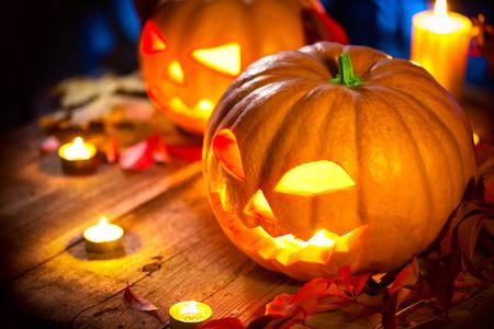 calabaza: De Halloween cabeza de calabaza linterna con velas encendidas