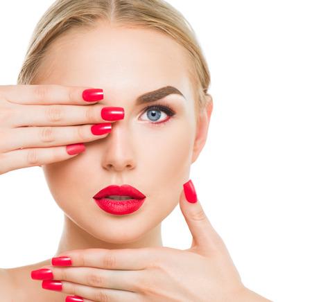 red lips: Belleza rubia modelo de moda con lápiz labial rojo y las uñas rojas