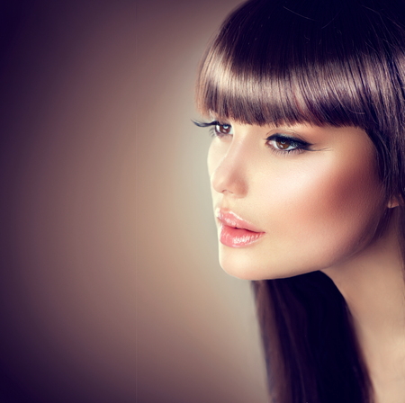 美しさ: 美しいメイクアップと健全な滑らかな茶色の髪と美容女性