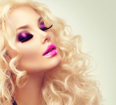 blond hair: Chica rubia de belleza con el pelo rizado largo sano Foto de archivo