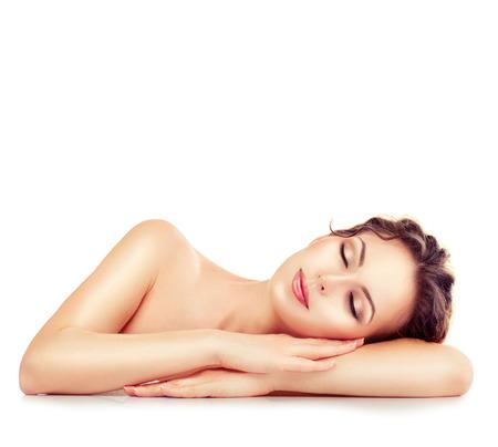 descansando: Chica de spa Mujer durmiendo o descansando aislada en el fondo blanco