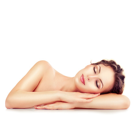 relaxamento: Menina dos termas. Dormir ou descansar fêmea isolado no fundo branco