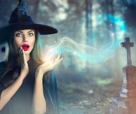 czarownica: Halloween czarownica na ciemnym starym upiorny cmentarz