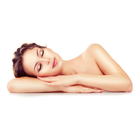 美容: 水療中心的女孩。睡覺或休息女性在白色背景孤立 版權商用圖片