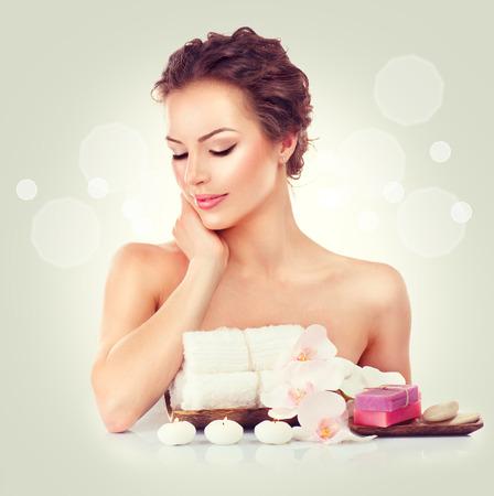 jabon: Mujer del balneario de belleza tocar su piel suave