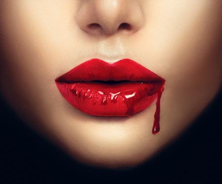 bruja sexy: Los labios de mujer sexy vampiro con sangre goteando