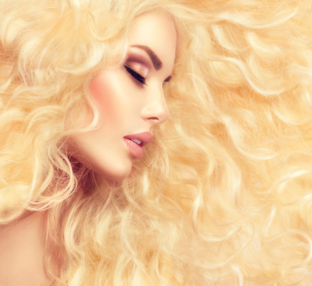 rubia: Moda chica rubia con el pelo ondulado largo sano