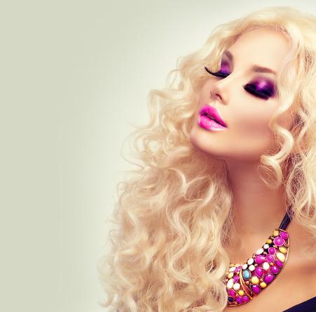 rubia: Chica rubia de belleza con el pelo rizado largo sano Foto de archivo