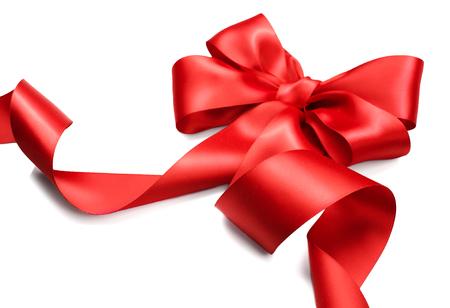 moños navideños: Red arco de regalo de satén. Cinta roja aislada en el fondo blanco Foto de archivo