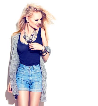 pantalones cortos: Modelo de moda retrato de la muchacha. Calle de la moda, el estilo casual. Aislado en blanco