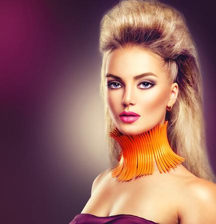 violeta: Chica modelo de alta manera con el peinado mohawk y vívida conforman