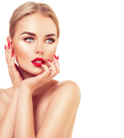 lapiz labial: Hermosa mujer modelo de moda con el pelo rubio, l�piz labial rojo y u�as Foto de archivo