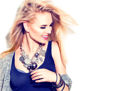 mode: Fashion model meisje portret. Straat mode, stedelijke stijl. Geïsoleerd op wit