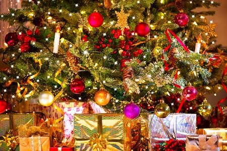 Feiertags-Weihnachtsszene. Geschenke unter dem Weihnachtsbaum