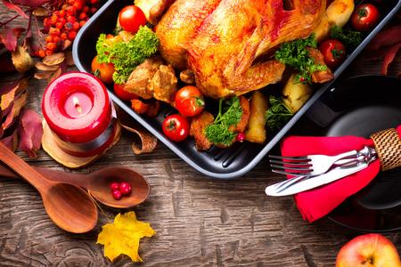 Mesa de la cena de Acción de Gracias servido con pavo, decorado con hojas de otoño brillantes Foto de archivo - 47801840