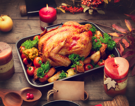 Tacchino arrosto guarnito con patate, verdure e mirtilli rossi. Ringraziamento o di Natale cena Archivio Fotografico - 47901170