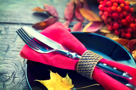familia cenando: Mesa de madera sirvió la cena de Thanksgiving, decorado con hojas de otoño brillantes