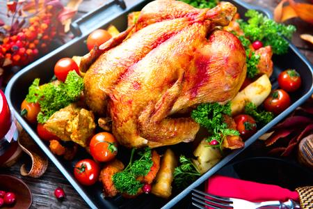 comida de navidad: Pavo asado con guarnición de patatas, verduras y arándanos. Acción de Gracias o Navidad cena