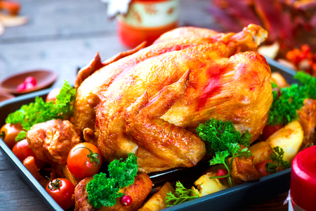 cena navideña: Pavo asado con guarnición de patatas, verduras y arándanos. Acción de Gracias o Navidad cena