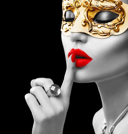 Skönhet modell kvinna som bär venetian maskerad karneval mask på fest Stockfoto