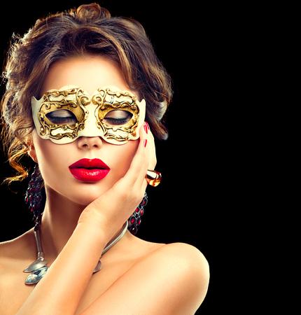 Schoonheid model vrouw, gekleed in Venetiaanse carnaval masker op feestje