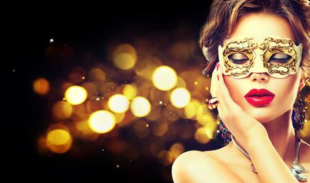Modelo de la belleza mujer que llevaba máscara veneciana del carnaval de la mascarada en la fiesta