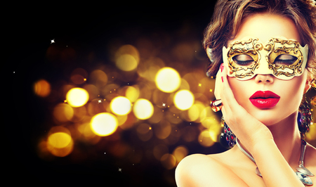 masaje facial: Modelo de la belleza mujer que llevaba m�scara veneciana del carnaval de la mascarada en la fiesta