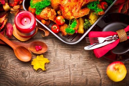 Lễ Tạ Ơn bàn ăn phục vụ với gà tây, trang trí với lá mùa thu tươi sáng