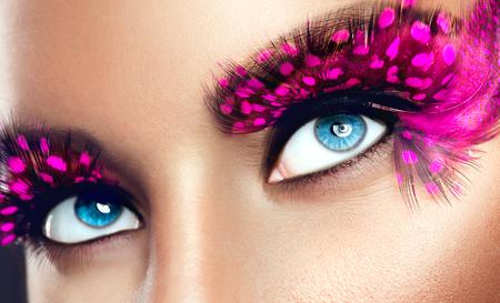 falso: Maquillaje de fiesta creativa. Pestañas largas púrpuras falsos primer