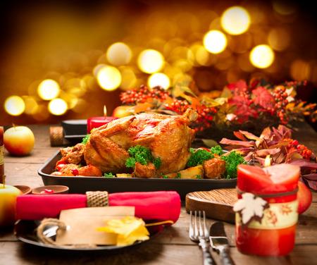 fiesta familiar: Cena de Navidad. Pavo asado con guarnición de patatas, verduras y arándanos
