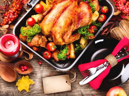 mat: Thanksgiving middagsbordet serveras med kalkon, inredda med ljusa höstlöv Stockfoto