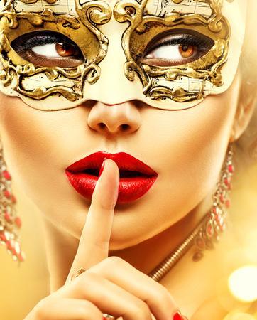 lapiz labial: Modelo de la belleza mujer que llevaba m�scara veneciana del carnaval de la mascarada en la fiesta