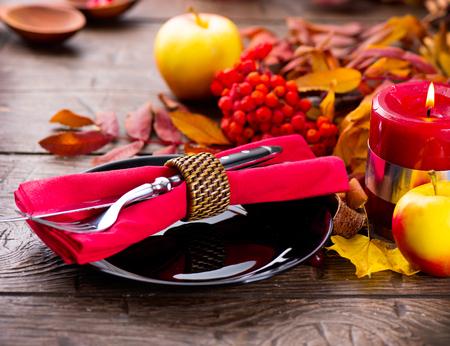 eberesche: Thanksgiving-Holztisch serviert, dekoriert mit hellen Herbst Rowan Bl�tter